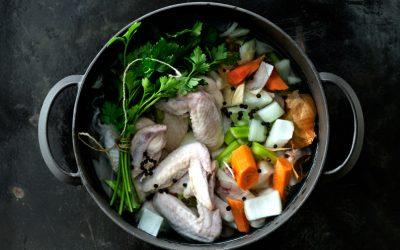 Bajo Presión: Técnicas, trucos y consejos para hacer un caldo de pollo
