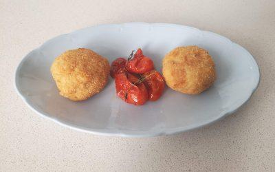 Croquetas de papas y huevos fritos